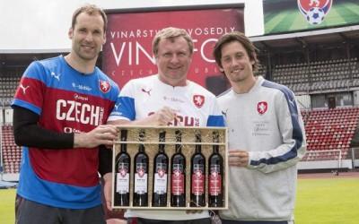 Fotbalové reprezentanty doprovodí do Francie speciální edice vín