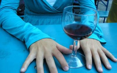 Sardinské víno Montessu 2015 má hluboké aroma se slabými náznaky dehtu a herbální chuť po zralých švestkách
