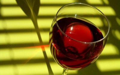 Ťukněme si na zdraví se neříká jenom tak, červené víno přispívá zdravému srdci!