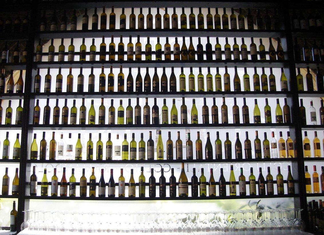 Vinný podvod: Místo značkového vína bylo v lahvích jen obyčejné stolní, prodaly se miliony litrů